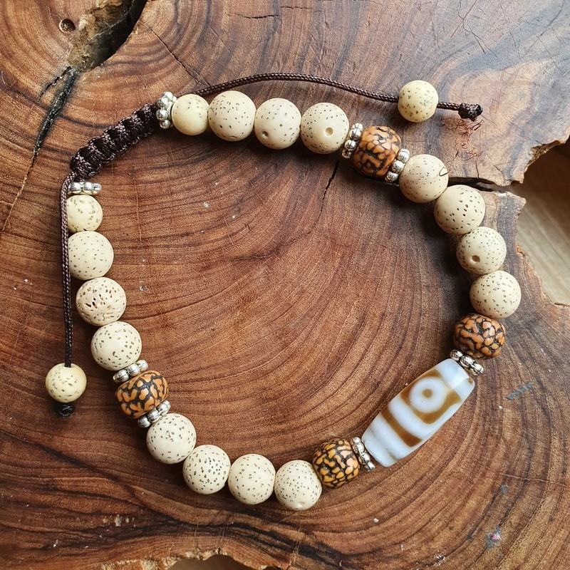 Bracelet en graines de lotus, rudraksha et pierre dzi