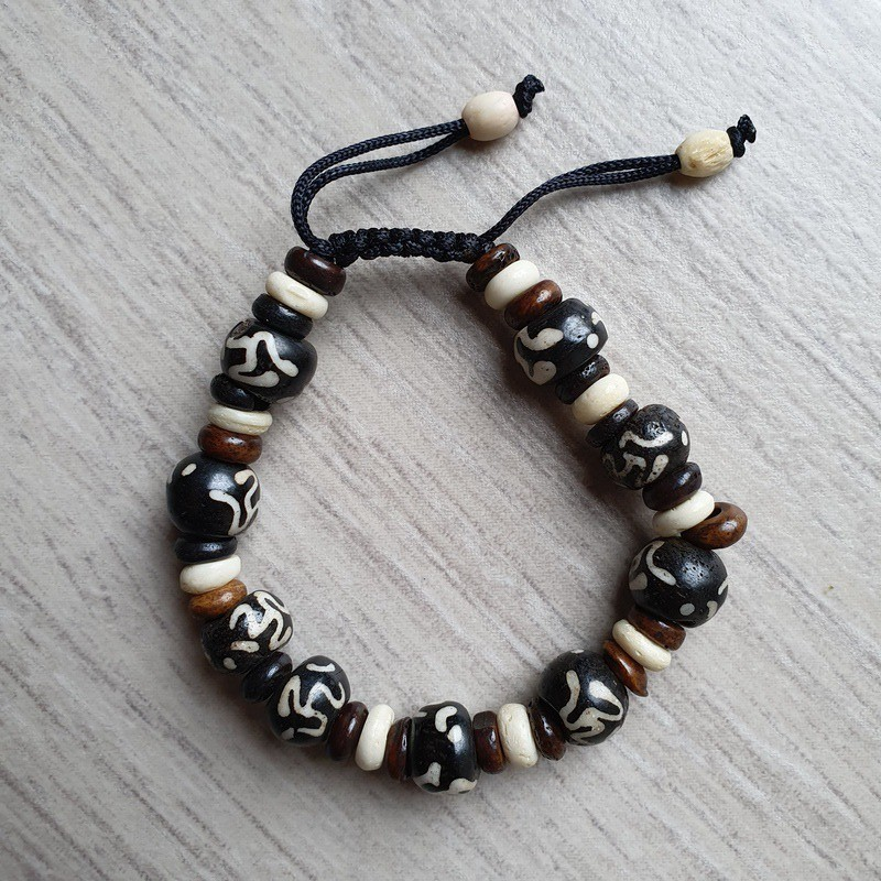 Bracelet OM en perles d'os