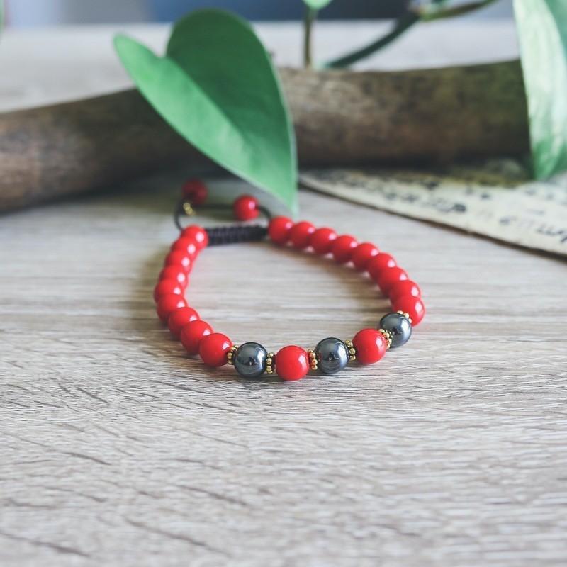 Bracelet en perles de corail rouge et pierre hématite