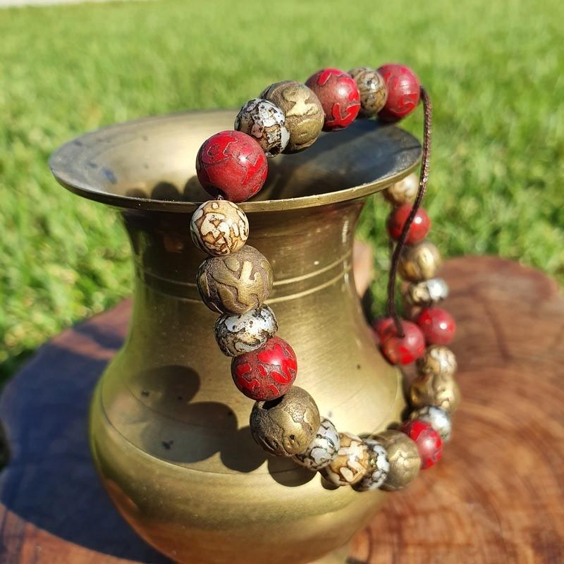 Bracelet mala tibétain en perles de métal, coquillage et corail